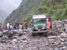 Onderweg naar Kathmandu - Onze jeep op een landverschuiving